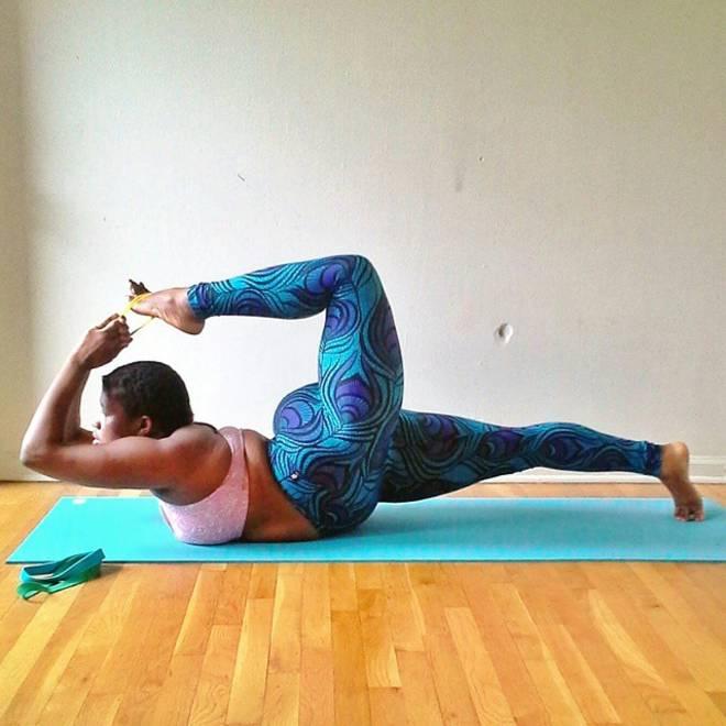 """L'insegnante di yoga oversize diventa una star: acrobazie sul tappetino. """"Il fisico non è un limite"""""""