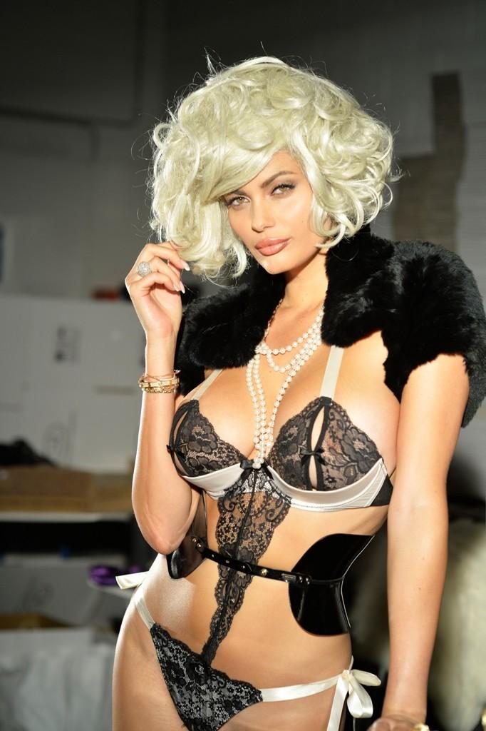 Lory Del Santo immortala Natalia Bush in versione Marilyn Monroe