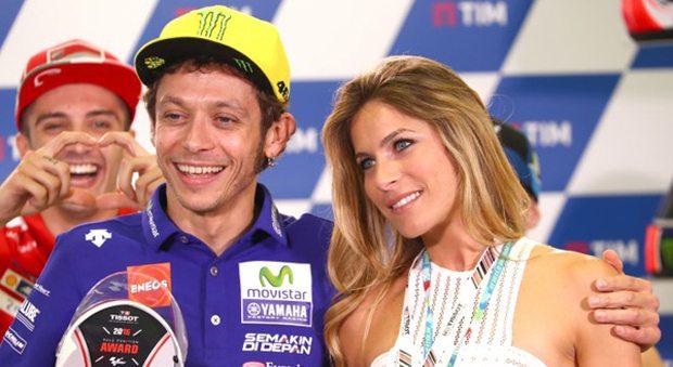"""Valentino Rossi e lo """"schiaffo"""" a Max Biaggi: """"E' rimasto folgorato da Eleonora Pedron"""""""
