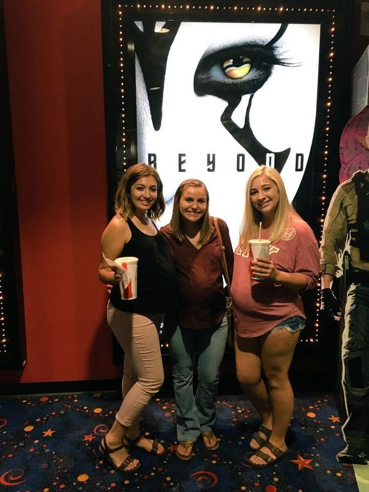 Tre amiche col pancione al cinema, ma nessuna di loro è incinta: ecco cosa hanno combinato