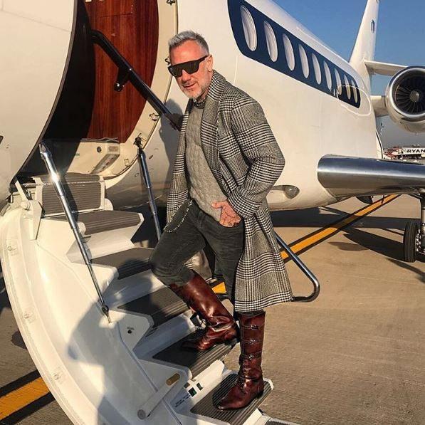 Gianluca Vacchi, dalla Rolls Royce all'aereo privato, poi dj set scatenato a torso nudo
